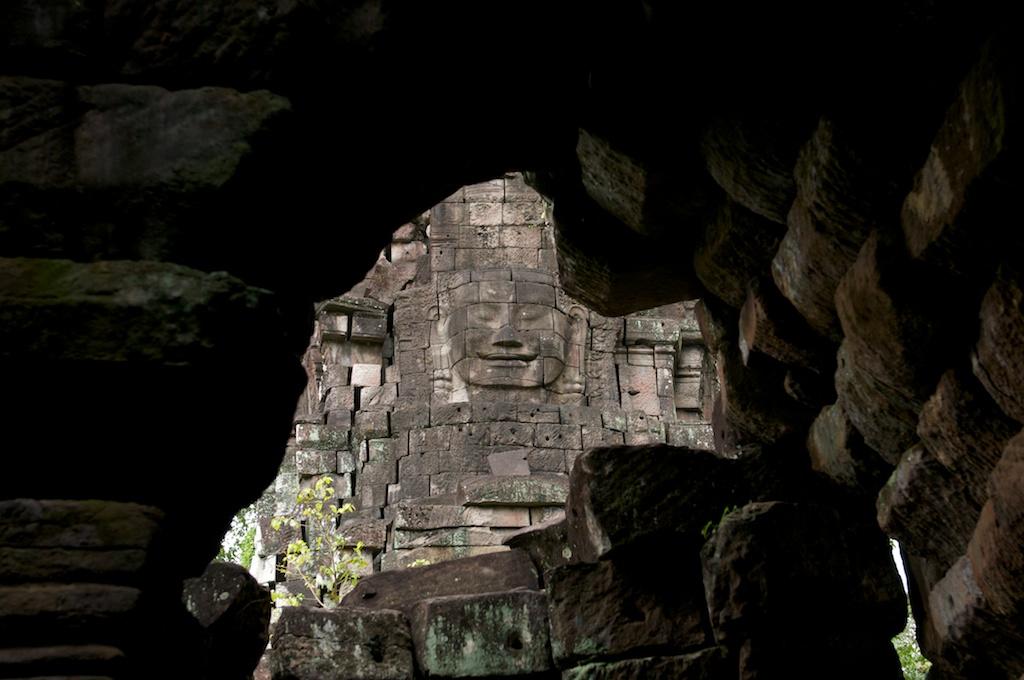 手前にある祠堂。アンコールトム様式の仏顔