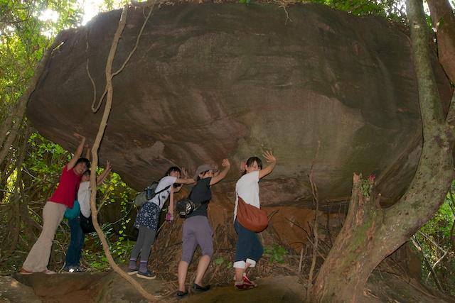 不思議な巨岩。祭壇にもなっている。
