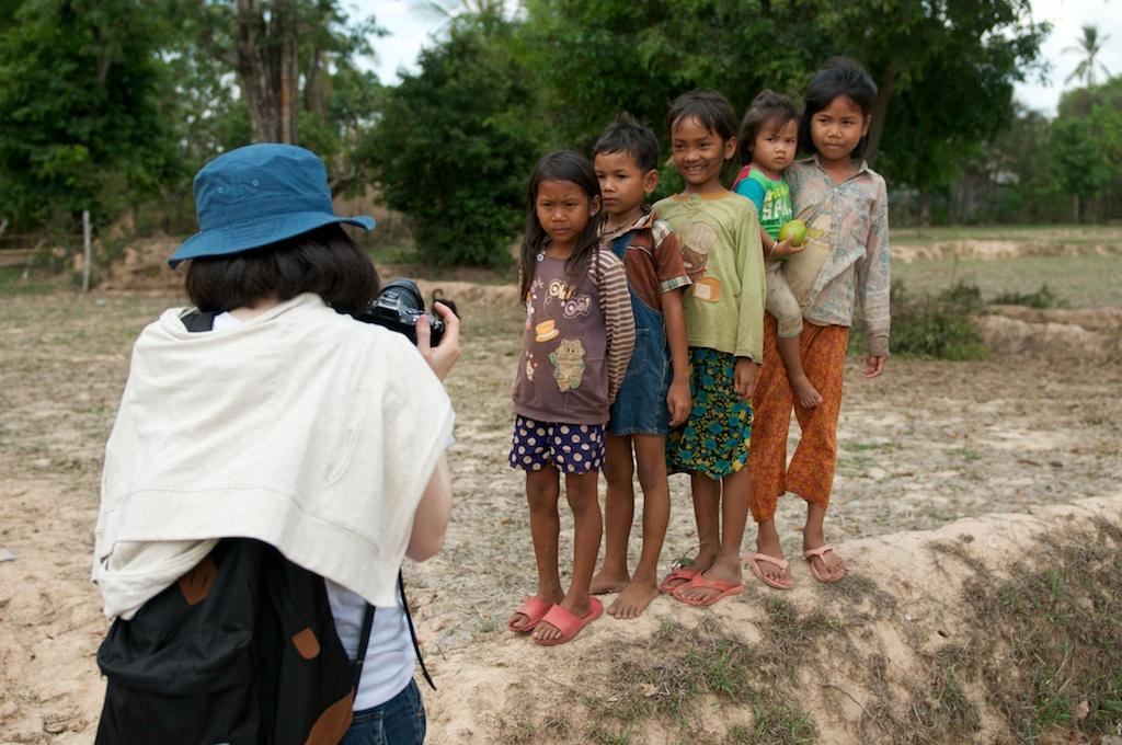ローカルな村で、子供たちの撮影。撮影した写真を、子供たちが見せて、とせがみます。言葉は通じなくても、写真に言葉は必要ありません。カメラを通して、地元の人々と触れ合うことができます。