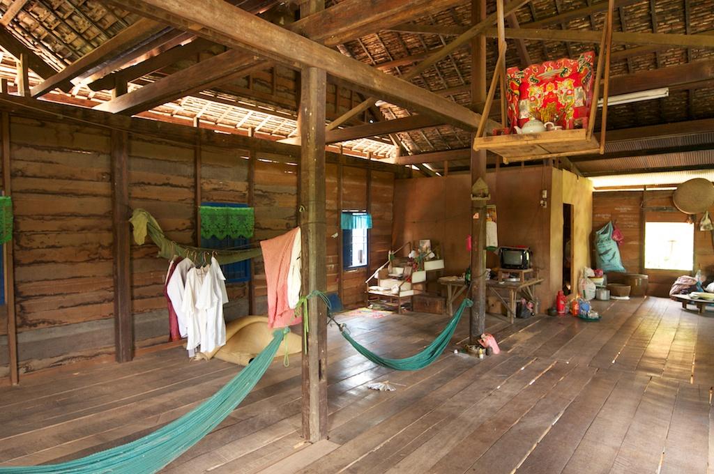 伝統的な高床住居の内部。高い位置にあるうえ、総木造りで屋外に比べ、涼しいです。