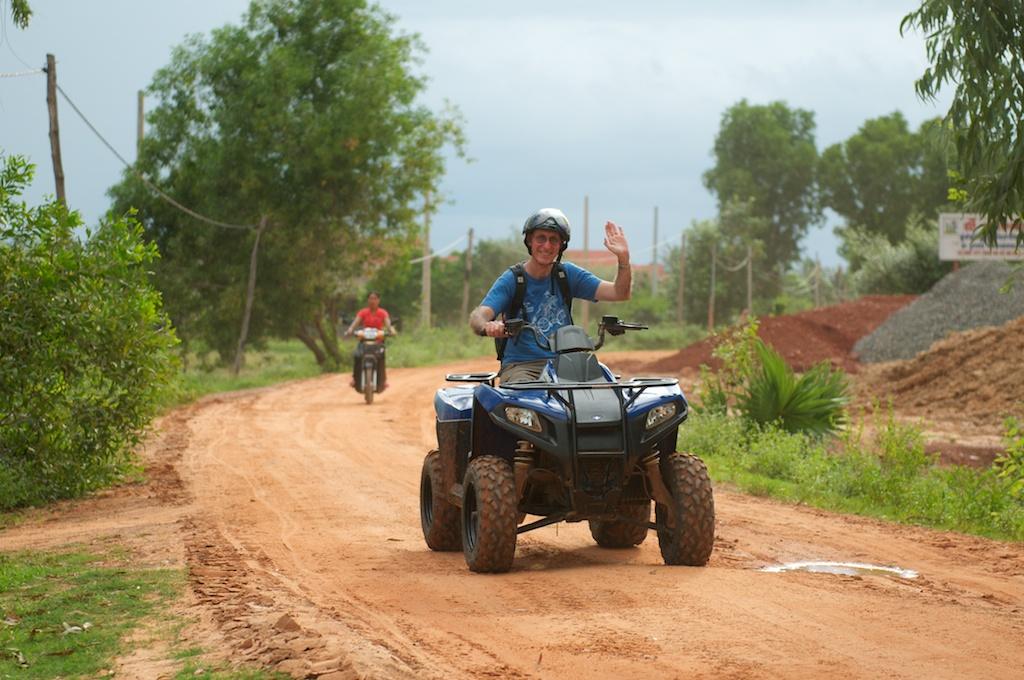 ルートのほとんどが未舗装路。カンボジアの特徴である鮮やかな赤土です。