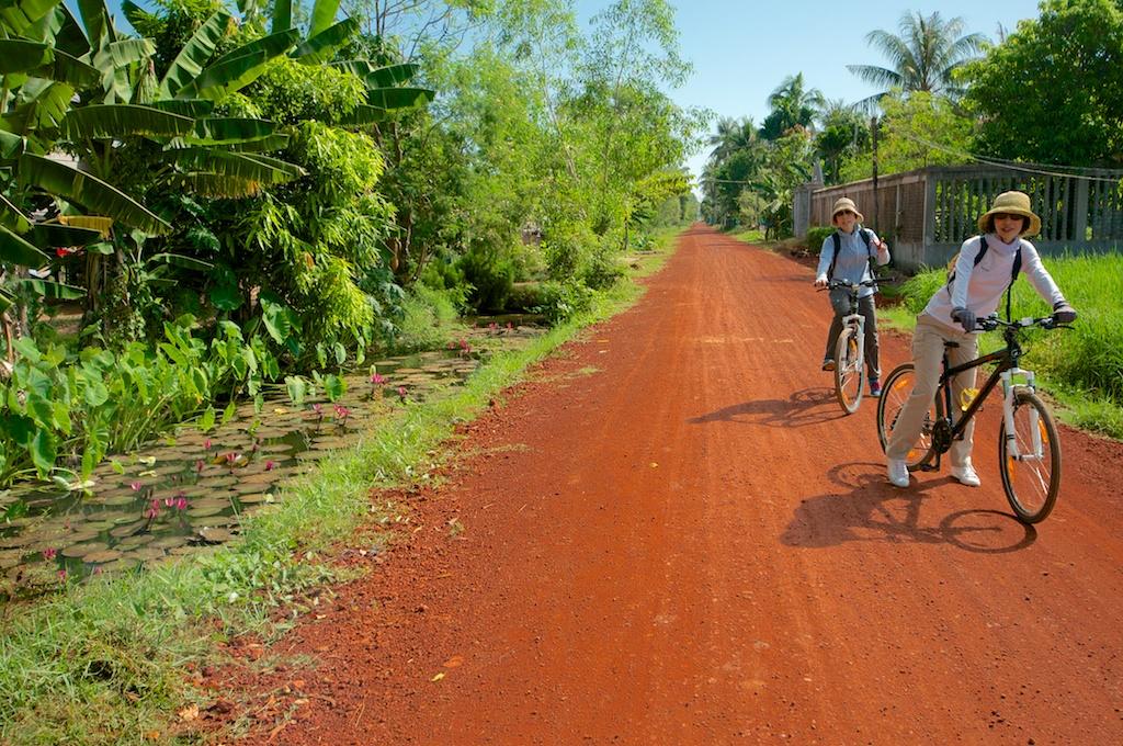 カンボジアの大部分は未舗装路。赤い土が印象的です。