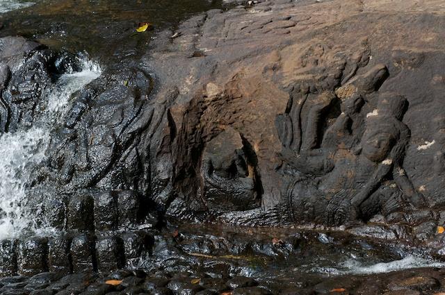 岩に掘られたヒンドゥーのレリーフ
