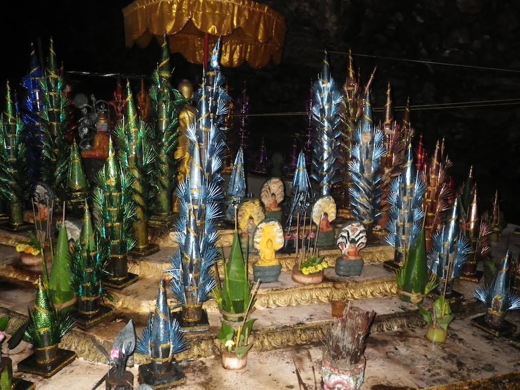 洞窟の祭壇 - ヒンドゥー教の僧侶が瞑想を行います。