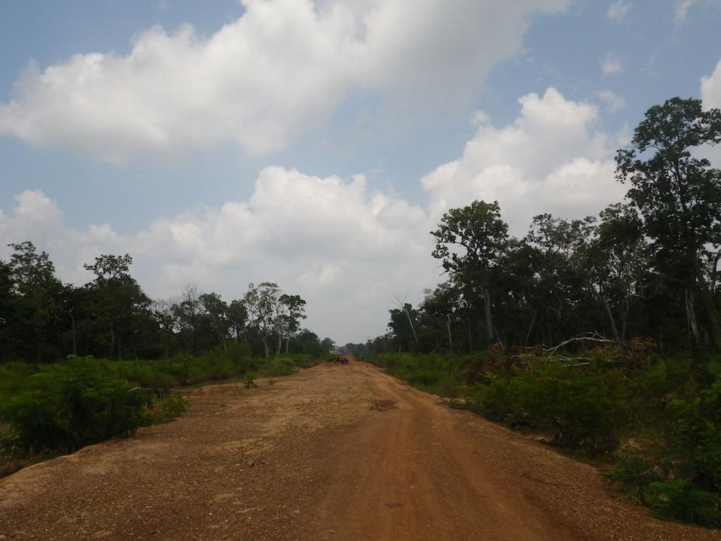未舗装の赤土の道路