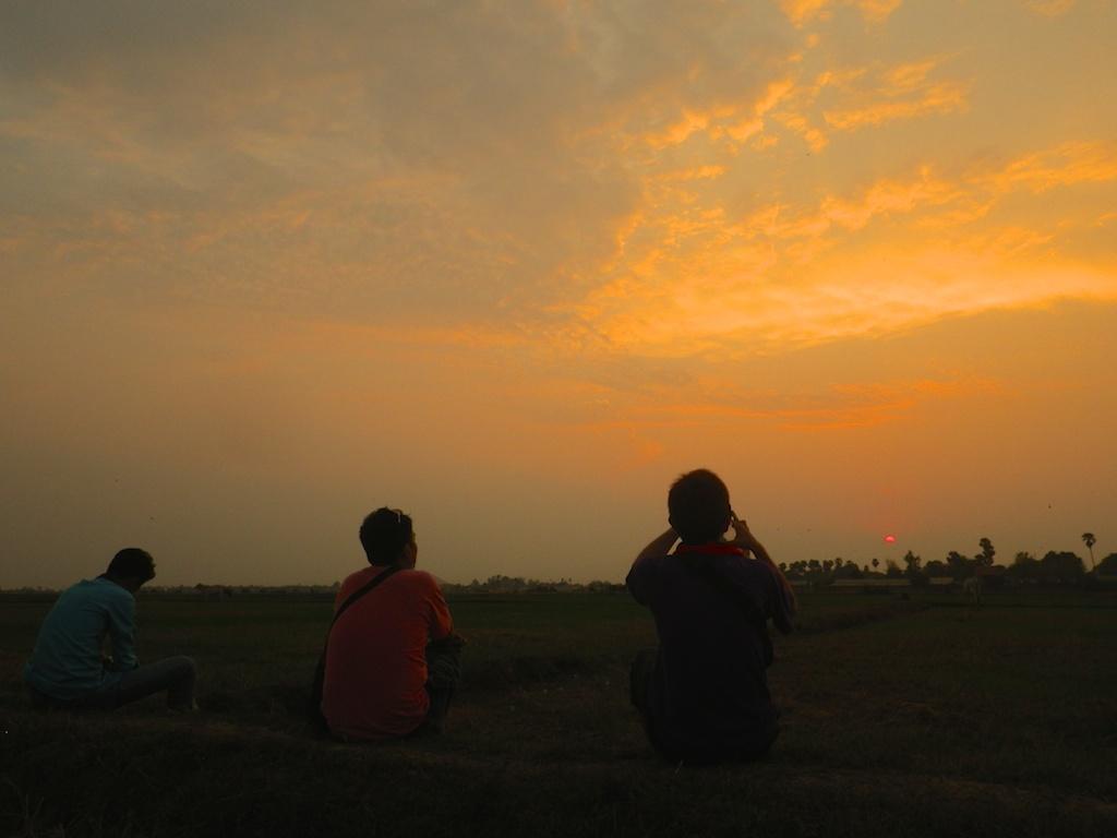 郊外の畑の中からの夕日観賞の様子(乾期3月頃)