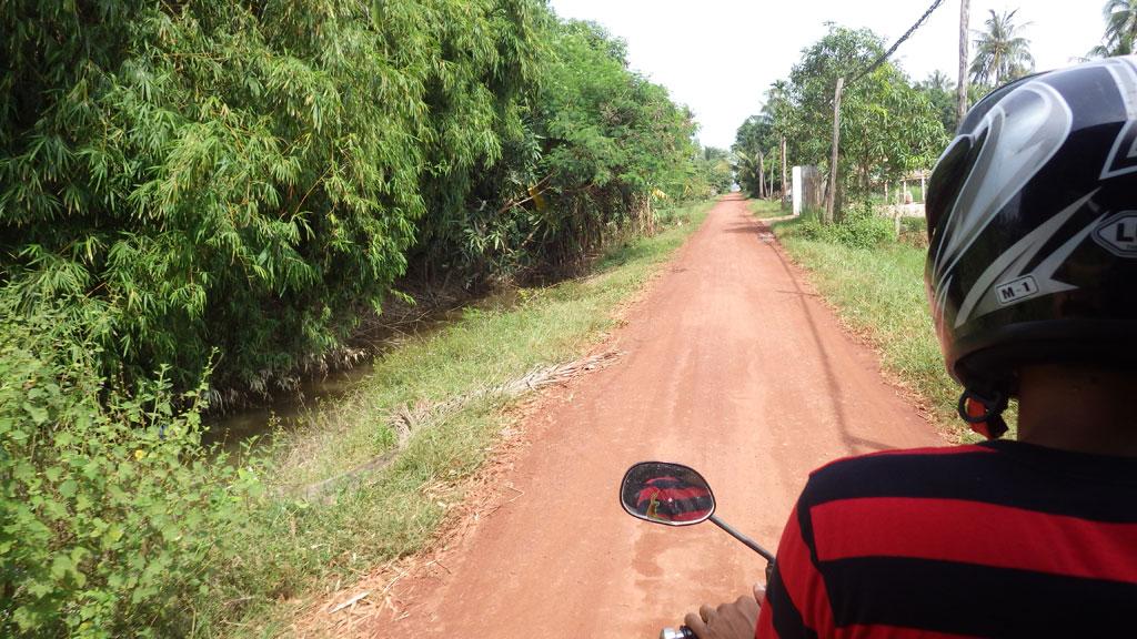 郊外へ向けて疾走!独特な赤土が印象的です。