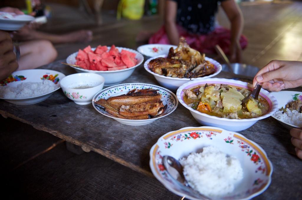 ちゃぶ台を囲んで、皆でカンボジア家庭料理を堪能。ノンケミカルなチキンは、フレッシュで絶品。