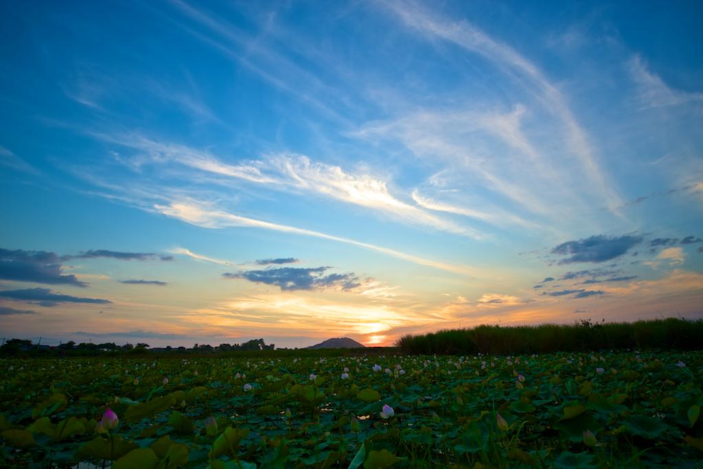 プノン・クロムと夕日。雨期の終り頃はとても奇麗です。