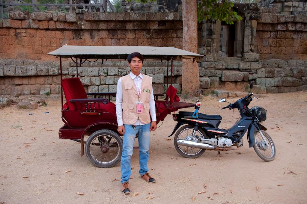 将来歌手を夢見るドライバーの一人、Mr.Narongとその相棒